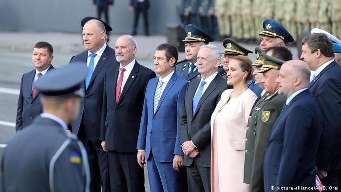 El secretario de Defensa de Estados Unidos, James Mattis, dijo en Kiev que Washington estudia suministrar armamento letal a Ucrania, al término de sus conversaciones con el presidente ucraniano, Petro Poroshenko. 24.08.2017