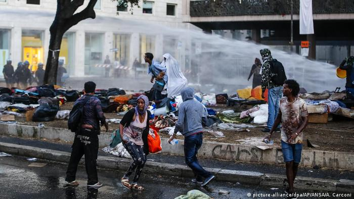 A blast from a water cannon sends people running in Rome (picture-alliance/dpa/AP/ANSA/A. Carconi)
