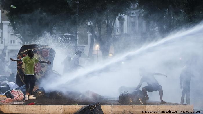 Polícia lançou mão de canhões de água para conter os ocupantes da Piazza Indipendenza