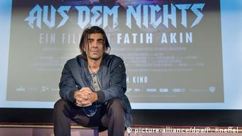 Der Regisseur Fatih Akin vor einem Kinoplakat