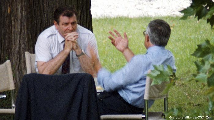Vaclav Klaus e Vladimir Meciar debatem na Vila Tugendhat Villa, em Brno