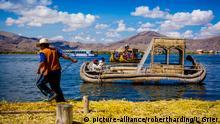 Quechua Indian family on Floating Grass islands of Uros, Lake Titicaca, Peru, South America   Verwendung weltweit, Keine Weitergabe an Wiederverkäufer.