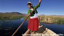 Portrait of a Uros Indian woman on a traditional reed boat, Islas Flotantes, floating islands, Lake Titicaca, Peru, South America   Verwendung weltweit, Keine Weitergabe an Wiederverkäufer.