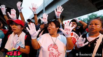 Centenas de simpatizantes da ex-premiê tailandesa marcaram presença do lado de fora do Supremo Tribunal