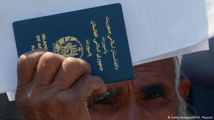 Afghanistan Reisepass (Getty Images/AFP/A. Majeed)