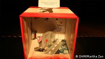 In einer selbstgebalstelten Kiste eröffnet sich ein Blick auf die Situation an der einstigen Berliner Mauer.