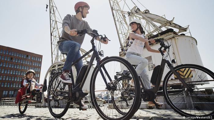 Deutschland Familie auf Fahrräder in Hamburg