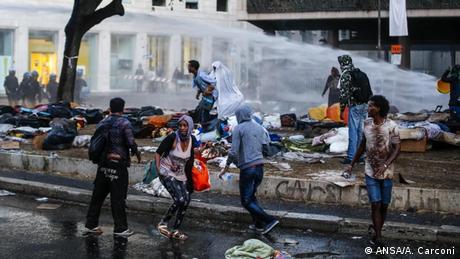 Italien Ausschreitungen Polizei & Flüchtlinge in Rom (ANSA/A. Carconi)