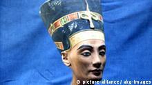 Nofretete Büste Nefertiti Bust Nefertiti wife of the Egyptian Pharaoh Akhenaton (Amenhotep IV). - Bust. - 18th Dynasty, c.1355 BC, workshop of Thutmose. Limestone, height 50cm. (Photo of a museum replica). Original in: Berlin, SMPK, Aegyptisches Museum.