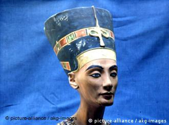 Nofretete Büste Nefertiti Bust Nefertiti wife of the Egyptian Pharaoh Akhenaton (Amenhotep IV). - Bust. - 18th Dynasty, c.1355 BC, workshop of Thutmose. Limestone, height 50cm. (Photo of a museum replica). Original in: Berlin, SMPK, Aegyptisches Museum.