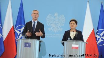 Желанный гость: генсек НАТО Столтенберг на пресс-конфереции в Варшаве с тогдашним премьер-министром страны Шидло