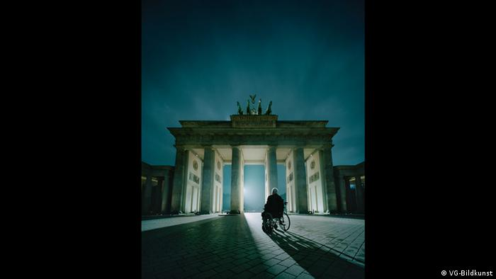 Kohl am Tor by Andreas Mühe, 2014 (VG-Bildkunst)