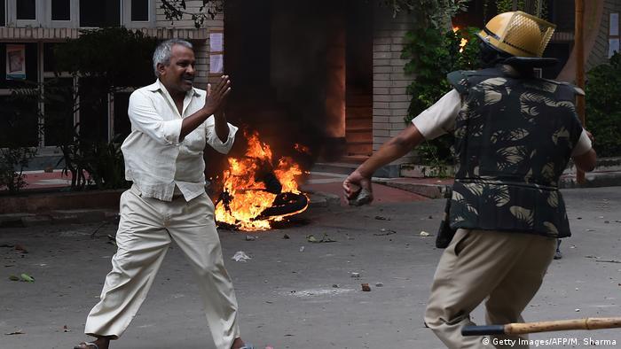 Indien Panchkula - Ausschreitungen Unterstützer des religiösen Führers Gurmeet Ram Rahim Singh (Getty Images/AFP/M. Sharma)