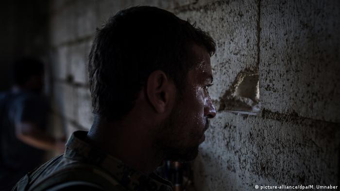 1. Bildergalerie Syrien Kriegsreportage aus der Todesfalle Rakka (picture-alliance/dpa/M. Umnaber)
