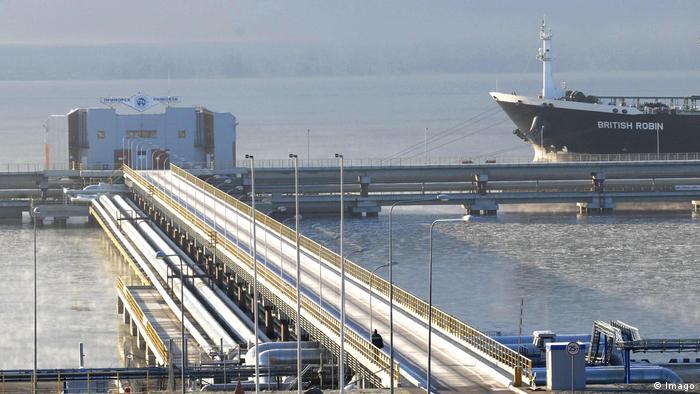 Нефтяной танкер в порту Приморска, Россия