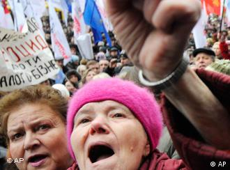 Angry Kiev residents protest against rising energy bills and demand wage increases