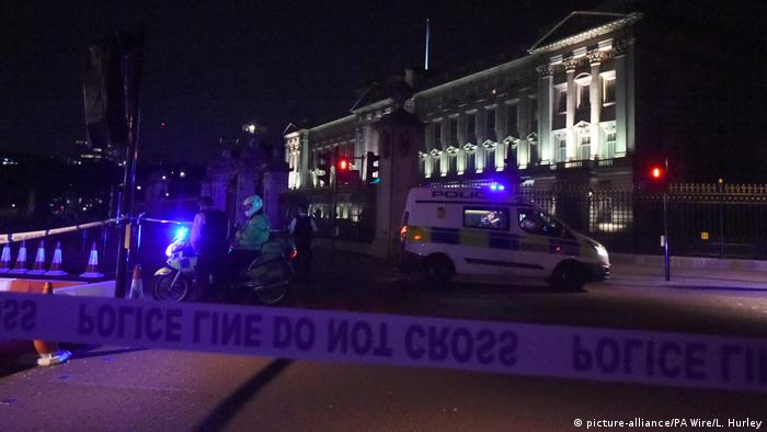 Absperrband am Buckingham-Palast nach dem Vorfall (picture-alliance/PA Wire/L. Hurley)