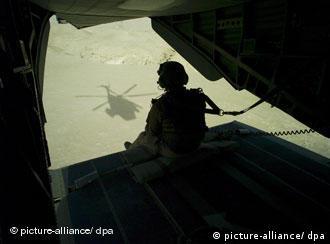 Силуэт солдата в транспортном самолете