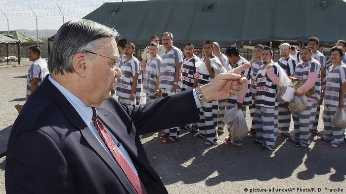 Joe Arpaio, left, orders approximately 200 convicted illegal immigrants handcuffed together (picture-alliance/AP Photo/R. D. Franklin)