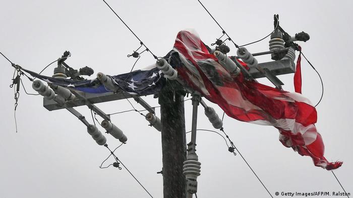 Американский флаг на электрических проводах