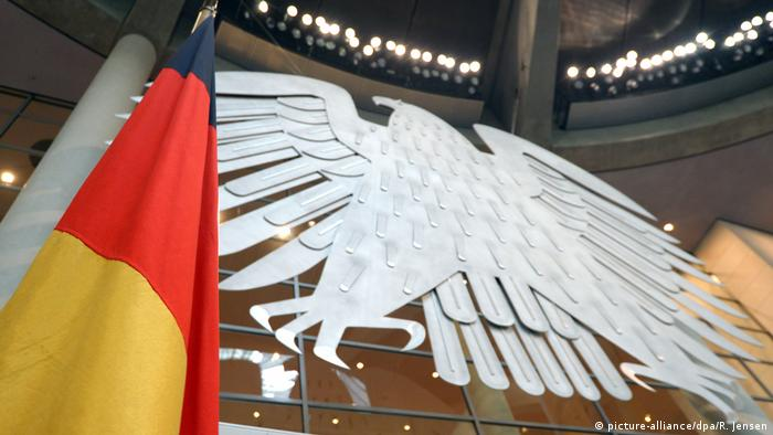 German flag in parliament (picture-alliance/dpa/R. Jensen)