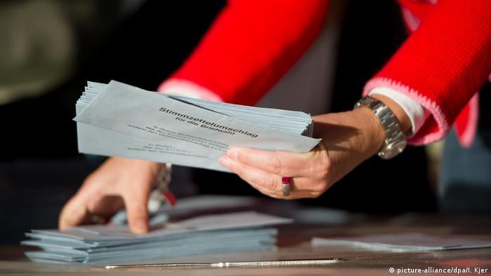 Deutschland Wahlhelfer bei der Bundestagswahl 2013 (picture-alliance/dpa/I. Kjer)