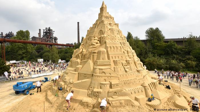 Hopefully the world's biggest sandcastle (picture-alliance/dpa/C. Seidel)