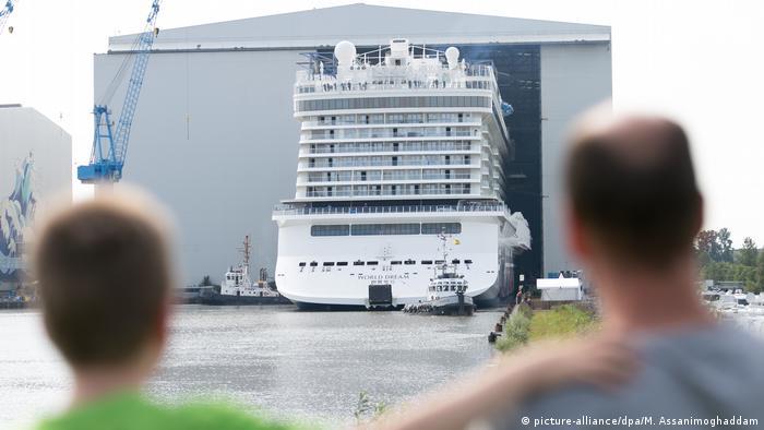 Kreuzfahrtschiff 'World Dream verlässt Baudock der Meyer Werft in Papenburg