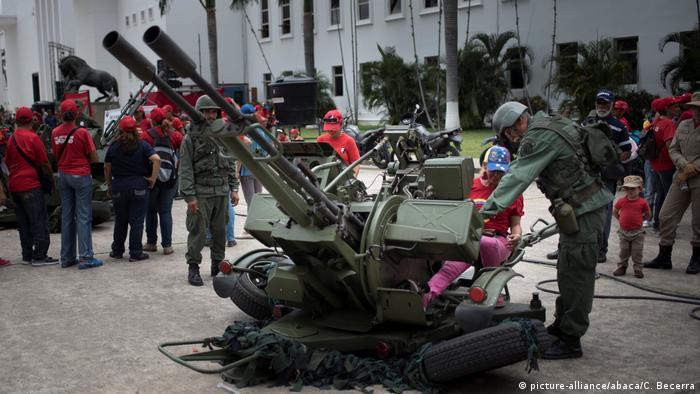 Venezuela Caracas Armee Flugabwehr Schulung (picture-alliance/abaca/C. Becerra)