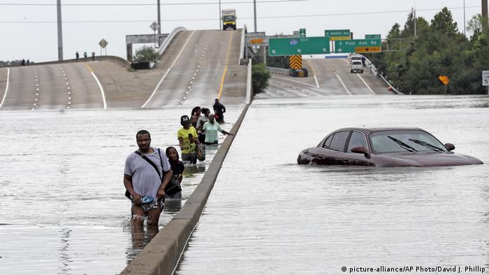 Evacuees wade down a flooded section of Interstate 610 as floodwaters from Tropical Storm Harvey (picture-alliance/AP Photo/David J. Phillip)