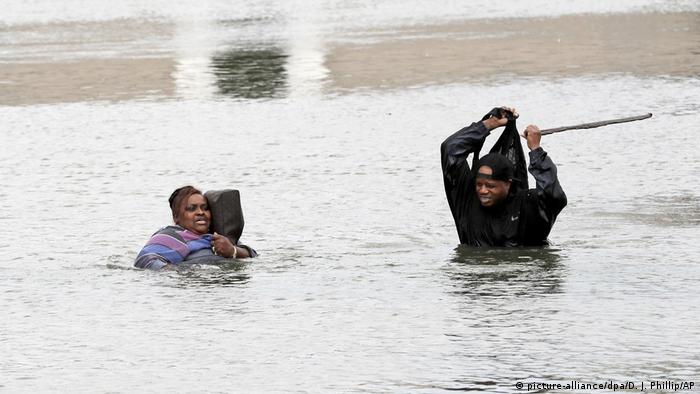 People wade through floodwaters in Houston (picture-alliance/dpa/D. J. Phillip/AP)