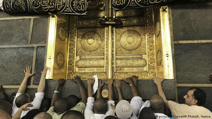 Pilgrims touching Kaaba