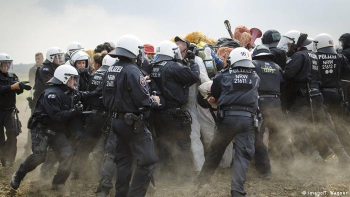 Deutschland | Proteste gegen den Abbau von Braunkohle (imago/T. Wagner)