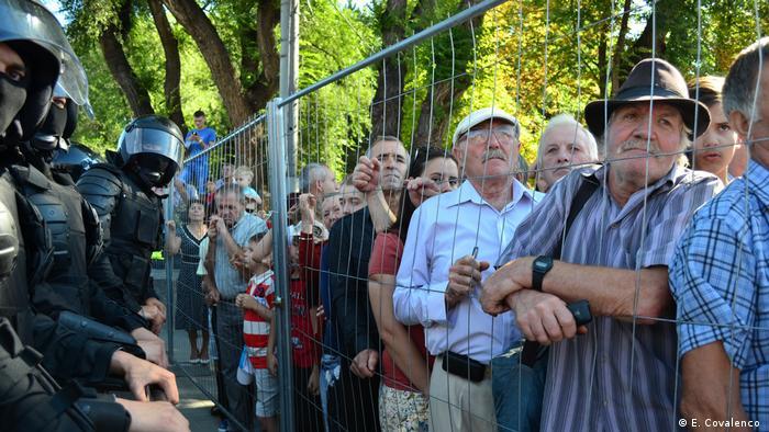 2016, Chișinău - Oamenii au fost ținuți după gratii