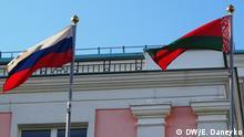 Eine russische und eine weißrussische Fahne auf dem Gebäude der Botschaft von Russland in Minsk. Folgen der Sanktion gegen Russland für Weißrussland. Foto: DW-Korrespondentin in Minsk, Elena Daneyko im August 2017