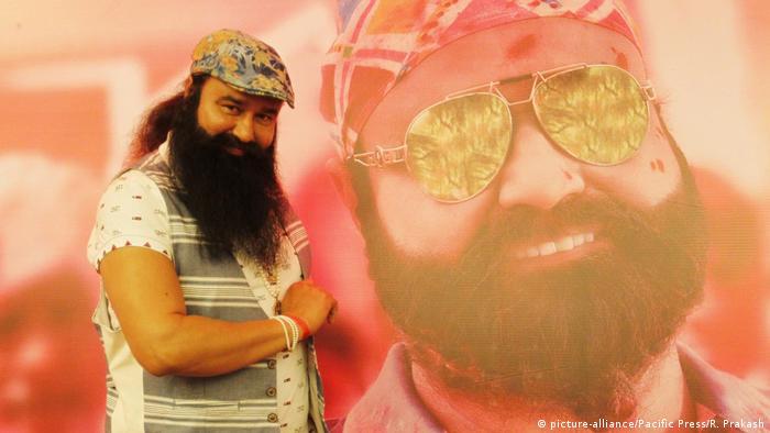 El polémico gurú indio Gurmeet Ram Rahim Singh fue condenado hoy a diez años de cárcel por haber agredido sexualmente a dos discípulas en 2002, informó la cadena NDTV. El juez leyó la sentencia en una prisión de alta seguridad en la ciudad de Rohtak, en el estado de Haryana, donde Singh está preso, y a la que se desplazó en helicóptero para evitar disturbios. (28.08.2017)