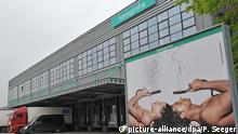 Eine Werbeplakatwand steht am Dienstag (11.05.2010) vor dem Werk des Armaturenherstellers Hansgrohe AG in Offenburg. Foto: Patrick Seeger dpa/lsw | Verwendung weltweit