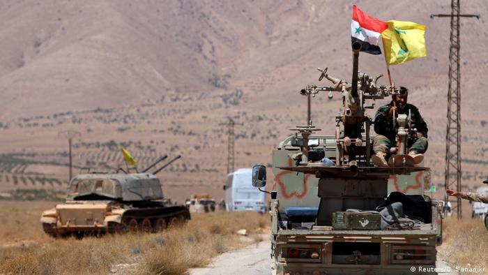 Syrien Qalamoun - Hezbollah und syrischeund syrische Flaggen auf Militärfahrzeug (Reuters/O. Sanadiki)