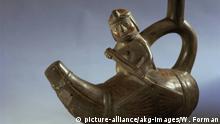 Peruanisch, frühe Zwischenperiode, ca. 100 v. 600 n. Chr., Moche-Kultur, Nordküste von Peru. Gabelhalsamphora mit figürlicher Szene: Fischer in einem aus Binsenbündeln zusammengebundenen Boot (Totora). Ton. Berlin, SMB, Ethnologisches Museum.  