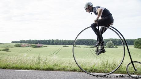 Person riding a standard high wheel (www.standardhighweels.de)