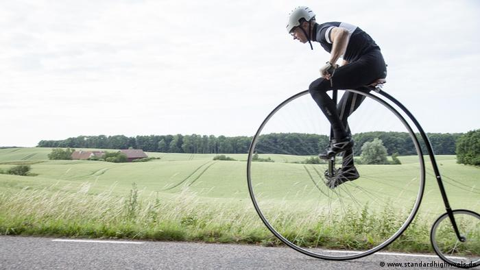 Person riding a standard high wheel (www.standardhighweels.de)