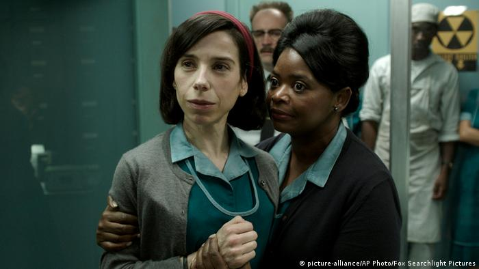 film still The Shape of Water two women side by side (picture-alliance/AP Photo/Fox Searchlight Pictures)