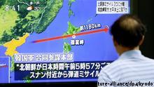 29.08.2017 Ein Passant sieht sich am 29.08.2017 in Tokio, Japan, auf einem Fernseher die Berichterstattung über den Start einer nordkoreanischen ballistischen Rakete an. Nordkorea hatnach Angaben Südkoreas eine Rakete über das benachbarte Japan hinweg geschossen. Nach Berichten des japanischen Senders NHK gingenTeile der Rakete im Pazifik etwa 1180 Kilometer östlich der nördlichsten Hauptinsel Hokkaido nieder. (Wiederholung mit verändertem Bildausschnitt) (zu dpa «Nordkorea schießt Rakete über Japan hinweg» vom 29.08.2017) Foto: -/kyodo/dpa +++(c) dpa - Bildfunk+++  