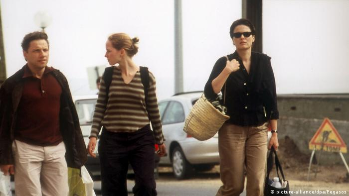 Film still from The State I Am In shows three people walking (picture-alliance/dpa/Pegasos)