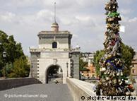 El antiguo puente Milvio en Roma, adornado con candados colgantes, colocados ahí por enamorados en señal de amor eterno.