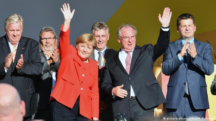 Merkel and Haseloff in Bitterfeld (picture-alliance/dpa/H. Schmidt)