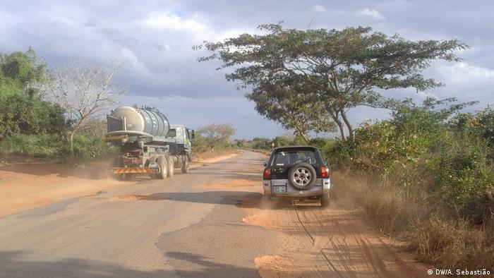 Mosambik Autobahn N1 ist beschädigt (DW/A. Sebastião)