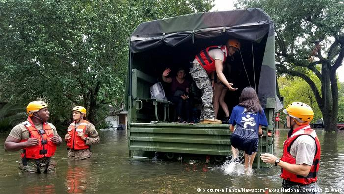 USA Tropensturm Harvey in Texas- Rettungsaktion (picture-alliance/Newscom/Texas National Guard/Lt. Z. West)
