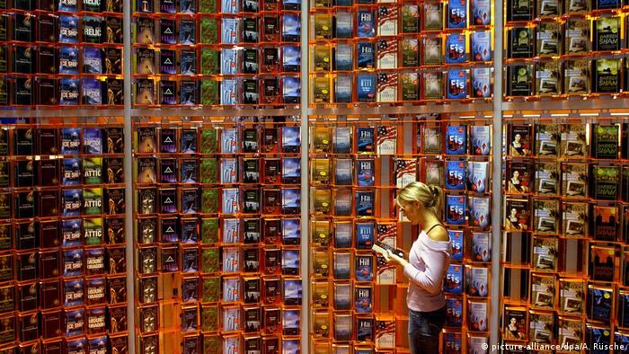 Woman standing in front of books at the Frankfurt Book Fair (picture-alliance/dpa/A. Rüsche)