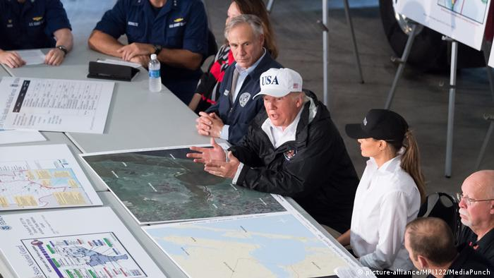 USA | Tropensturm Harvey Trump besucht Houston (picture-alliance/MPI122/MediaPunch)